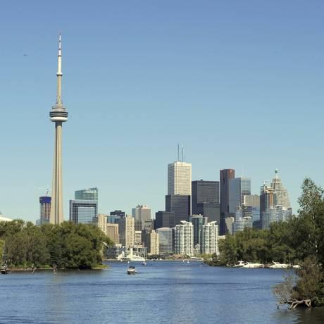 A CN Tower se destaca entre os prédios de Toronto, no Canadá Foto: Tom Moeres/Toronto Tourism / Divulgação