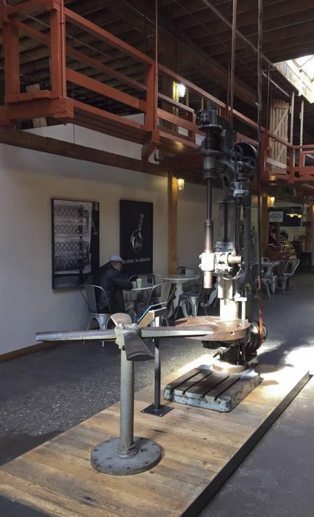 Na Distillery District, uma antiga fábrica hoje convertida em centro de compras e gastronomia em Toronto, peças lembram o passado industrial Foto: Martha Beck / O Globo