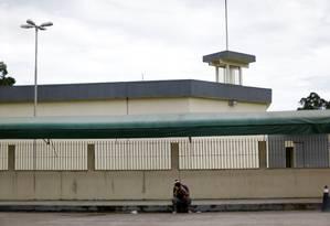 Familiar de um prisioneiro em frente ao Complexo Penitenciário Anísio Jobim (Compaj), em Manaus Foto: Ueslei Marcellino/Reuters