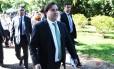 O presidente da Câmara, Rodrigo Maia, na porta da residência oficial da Câmara dos Deputados. Foto Aílton de Freitas/Agência O Globo
