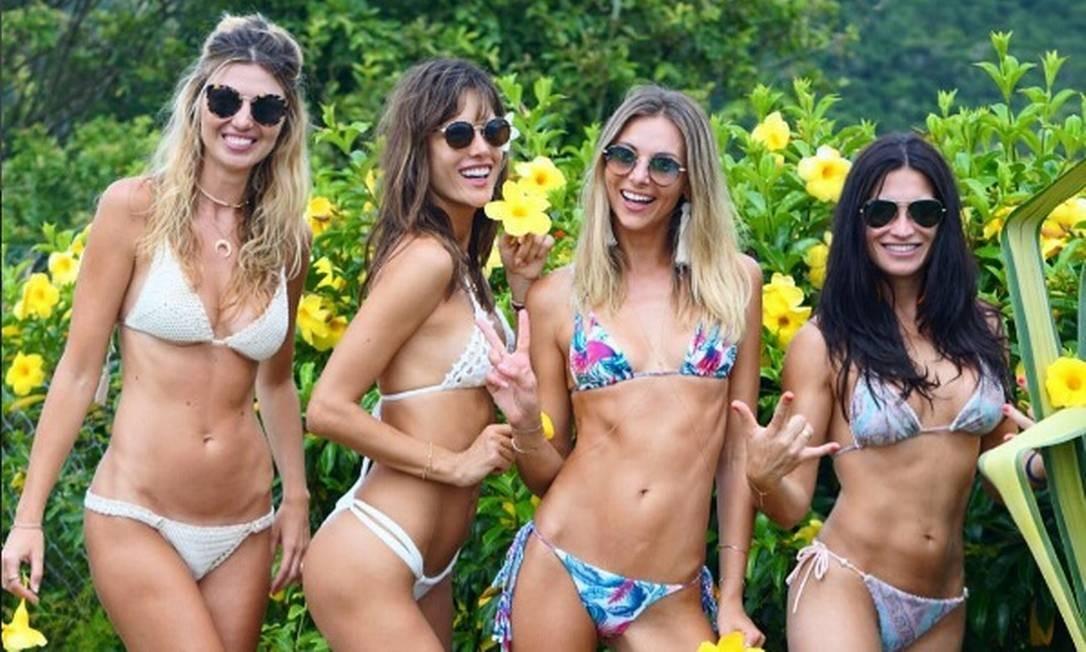 Com a franja nova, Alê posou ao lado das amigas Gisele Coria, Ludi Delfino e Janaina Piccoli Reprodução/Instagram
