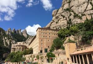 O Monastério de Montserrat, com as montanhas ao fundo Foto: Bruno Rosa / O Globo