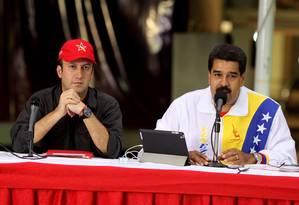 Maduro fala em 2015, acompanhado por Tareck El Aissami Foto: Reprodução