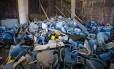 Cadeiras inutilizadas ficam amontoadas no Maracanã