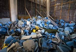 Cadeiras inutilizadas ficam amontoadas no Maracanã Foto: Guito Moreto