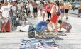 Sem controle. Camelôs no calçadão de Copacabana: fiscais e agentes que atuavam na Seop retornaram para a Secretaria de Fazenda