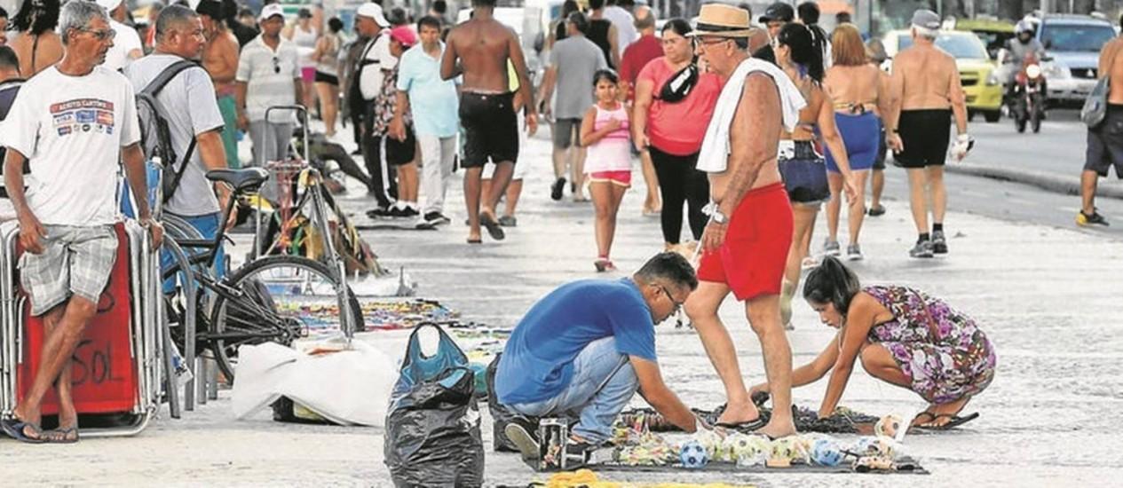 Sem controle. Camelôs no calçadão de Copacabana: fiscais e agentes que atuavam na Seop retornaram para a Secretaria de Fazenda Foto: Domingos Peixoto