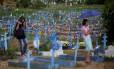 Vista geral do cemitério de Tarumã, em Manaus, onde serão enterrados os 60 presos mortos nas rebeliões do início do ano em dois presídios da capital amazonense
