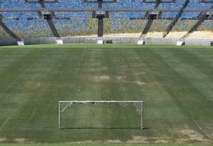 O estádio precário do gramado do Maracanã. O estádio está sem luz desde sexta-feira Foto: Guito Moreto