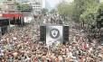 Foliões seguem o Cordão da Bola Preta, que no ano passado desfilou na Rua Primeiro de Março: apresentação reúne milhares de pessoas