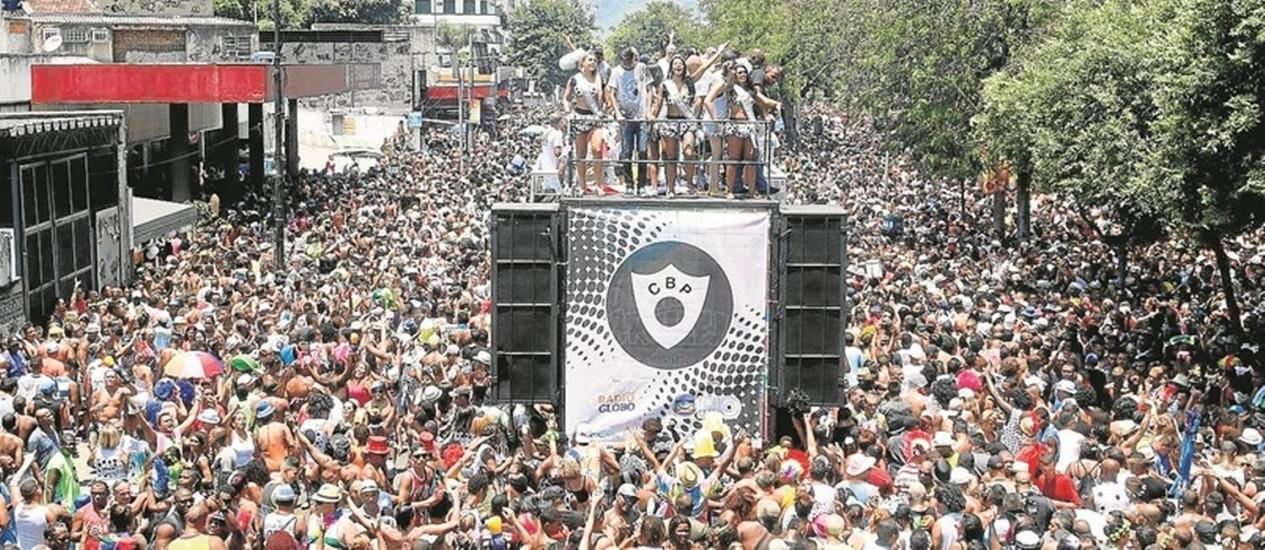 Foliões seguem o Cordão da Bola Preta, que no ano passado desfilou na Rua Primeiro de Março: apresentação reúne milhares de pessoas Foto: Reginaldo Pimenta - 14/02/2015