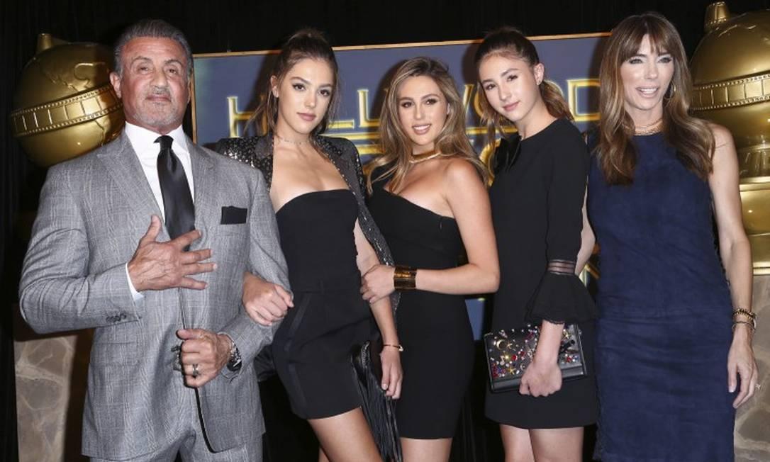 Em novembro, quando foram anunciadas no cargo, elas posaram com os pais, o ator Sylvester Stallone e Jennifer Flavin John Salangsang/Invision/AP
