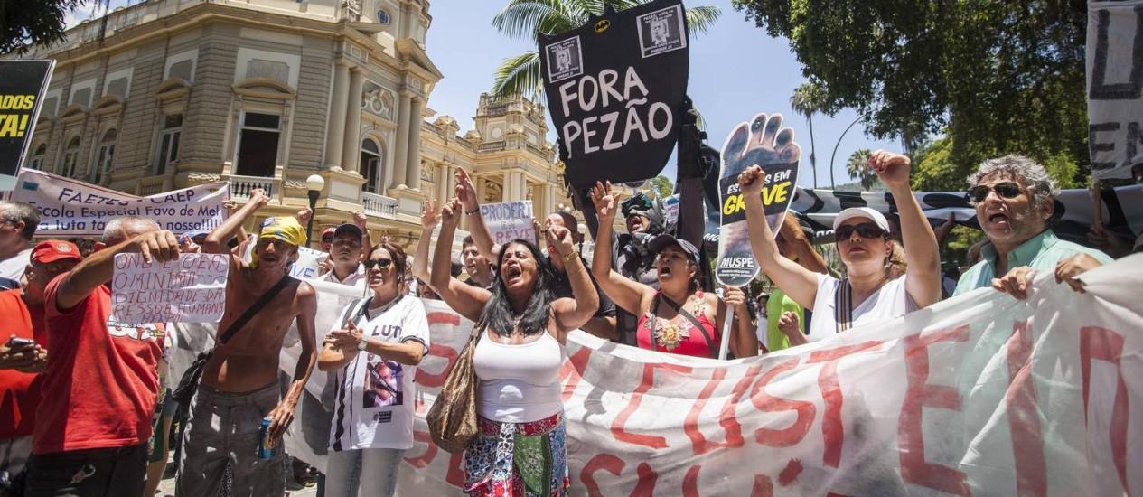 Manifestação de servidores estaduais no Palácio Guanabara Foto: Hermes de Paula / O Globo