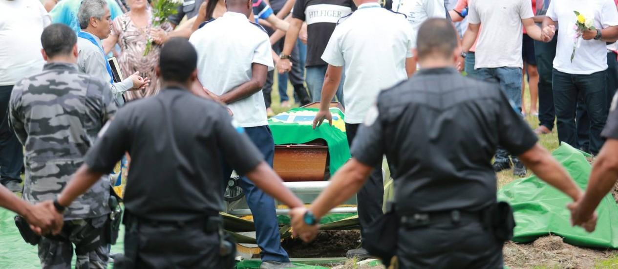 Enterro do PM Jefferson Cruz Pedra, morto em um assalto no Tijuca Off Shopping. Foto: Foto: Roberto Moreyra / EXTRA