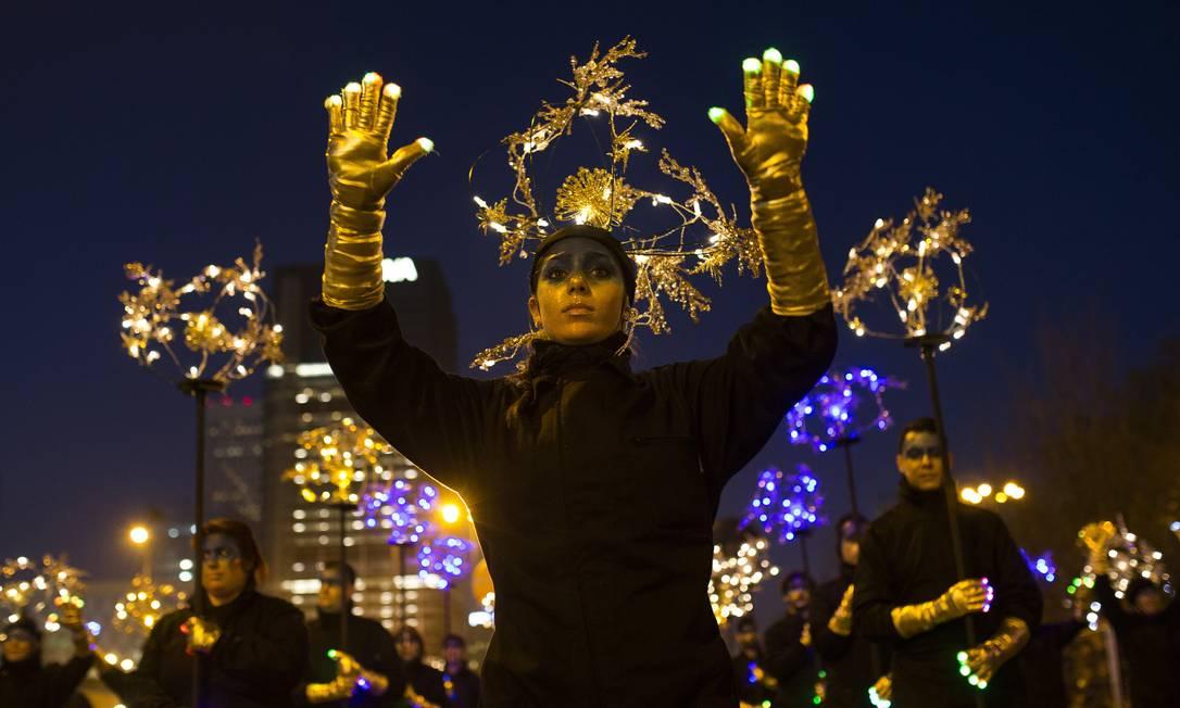 Artistas dançam durante o desfile em Madri Francisco Seco / AP