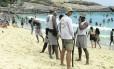 Vigilância à beira-mar. Guardas municipais na areia do Arpoador: a prefeitura quer ajudar o governo do estado a cuidar da segurança pública da cidade