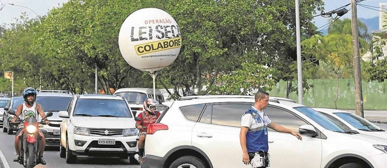 Nova estratégia. Agente da Lei Seca na Rua Alfredo Baltazar da Silveira, no Recreio, na primeira blitz diurna do verão Foto: Domingos Peixoto