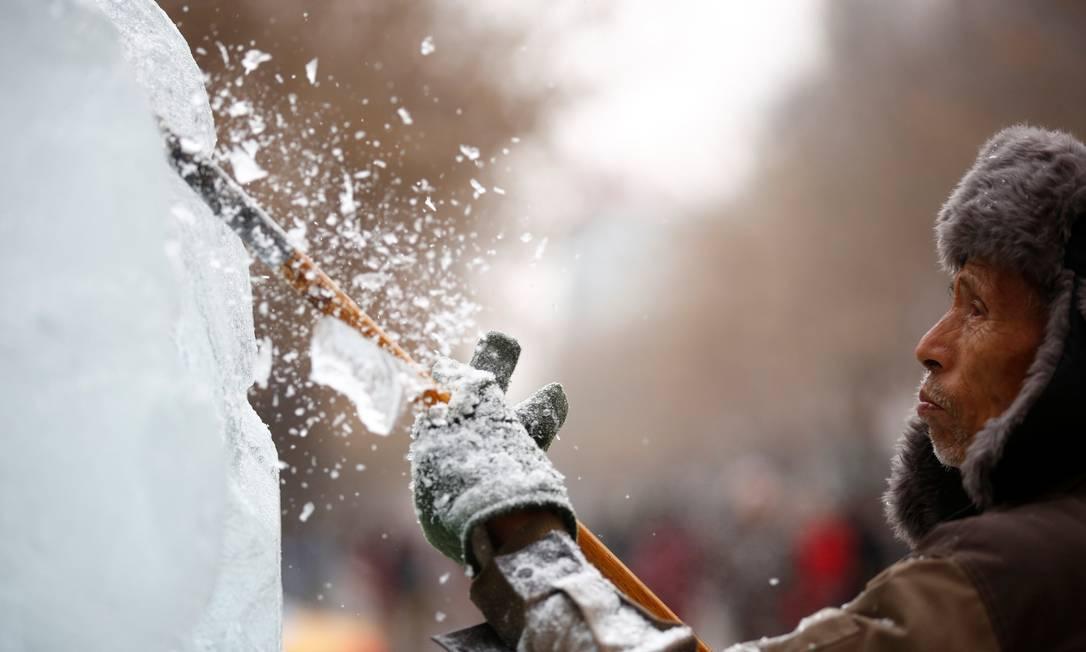 Esculturas no gelo escalam os melhores profissionais no país; segundo a mídia estatal, há monumentos que exigem até 500 trabalhadores na produção ALY SONG / REUTERS