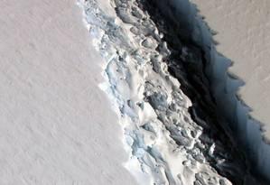 A fenda que está separando o iceberg da plataforma de gelo da Antártica Ocidental Foto: NASA