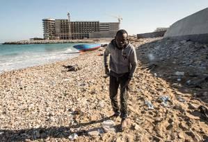 Imigrante desembarca na costa líbia após 80 dias no mar; grupo de senegaleses acreditava ter chegado à Itália Foto: TAHA JAWASHI / AFP