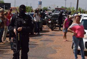 Policiais em frente à Penitenciária Agrícola de Monte Cristo, em Roraima Foto: Rodrigo Sales/Agência O Globo