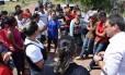 Famílias esperam notícias sobre vítimas de massacre, do lado de fora de presídio, em Roraima