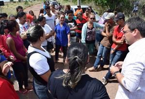 Famílias esperam notícias sobre vítimas de massacre, do lado de fora de presídio, em Roraima Foto: Rodrigo Sales / Agência OGlobo