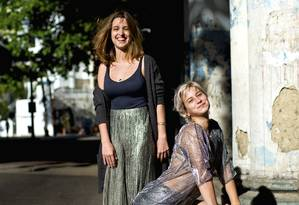 As amigas Danielle (em pé) e Isadora criaram uma grife por meio de um curso e comemoram o sucesso do negócio Foto: Juliana Rocha/ RIOetc