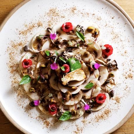 Carpaccio de cogumelos do restaurante Lagiole Foto: Divulgação / Guilherme Lessa