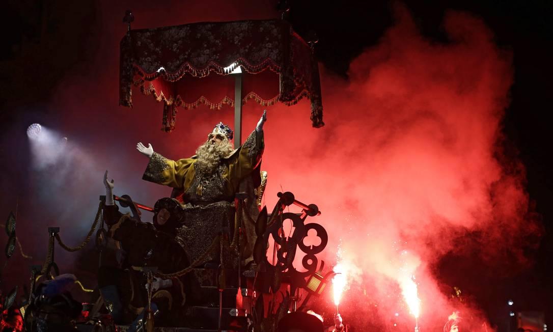"""Homem representando Gaspar, um dos Três Reis Magos, acena para o público durante a """"Cabalgata de Reyes"""", ou desfile dos Três Homens Sábios, em Vic. O evento é realizado todos os anos em diversas cidades da Espanha Manu Fernandez / AP"""
