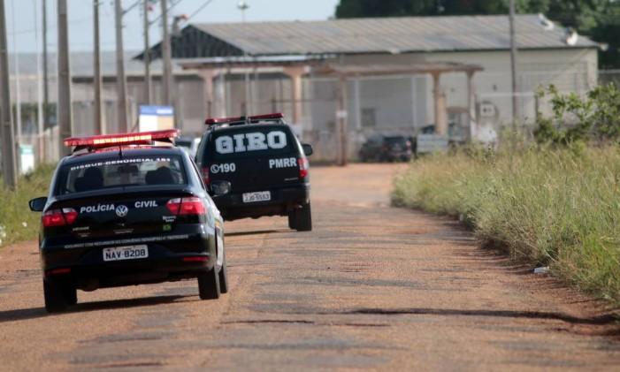 Viaturas vão em direação a Penitenciária Agrícola de Monte Cristo, em Roraima Foto: JPavani/Reuters