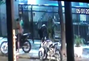 Flagrante da violência. Assalto a moradores de Icaraí na última quinta-feira foi registrado por câmera de segurança Foto: Reprodução