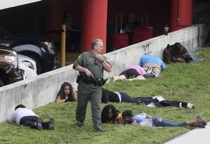 Pessoas deitam no chão da área externa do Aeroporto Internacional de Fort Lauderdale-Hollywood após o tiroteio Foto: Mike Stocker / AP