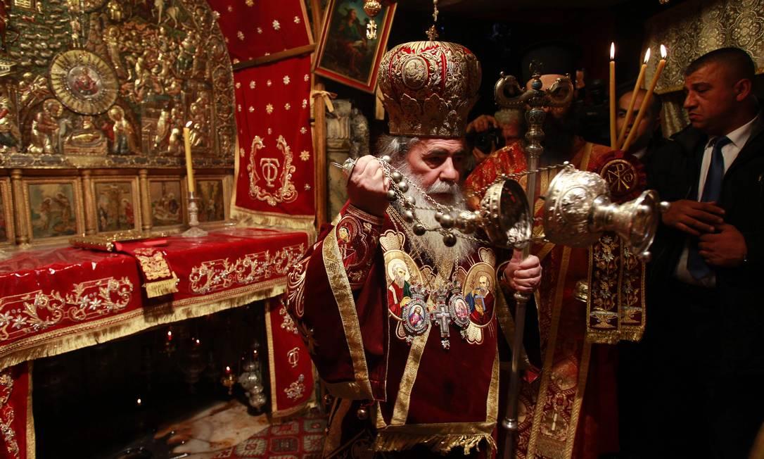 O patriarca da Igreja Ortodoxa Grega em Jerusalém, Theophilos III, lidera a missa de Natal na Igreja da Ntividade, na cídade bíblica de Belém, na Cisjordânia MUSA AL SHAER / AFP