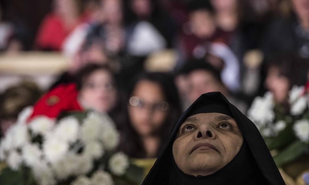 Freira participa da celebração do Natal rezada pelo Papa Tawadros II, líder da Igreja Ortodoxa Copta, na Catedral de São Marcos, no Cairo, Egito KHALED DESOUKI / AFP
