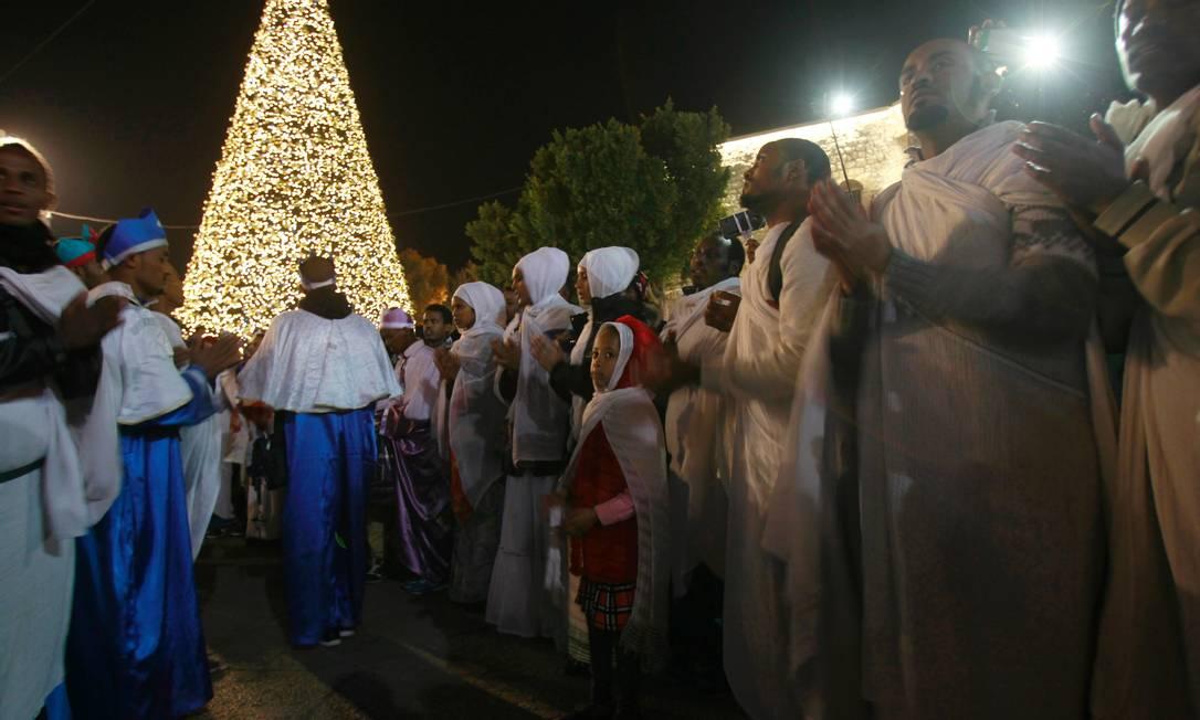 Os cristãos ortodoxos na Rússia, Oriente Médio e outros países celebram o Natal no dia 7 de janeiro, de acordo com o calendário juliano, em vez do gregoriano, adotado por católicos e protestantes. Nessa imagem, fiéis se reúnem em frente à Igreja da Natividade, em Belém, na Cisjordânia MUSA AL SHAER / AFP
