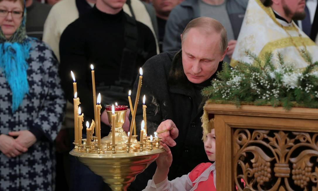 Na noite de sexta-feira, véspera do Natal, o presidente russo, Vladimir Putin, participou de uma cerimônia no monastério de São Jorge, em Novgorod SPUTNIK / REUTERS
