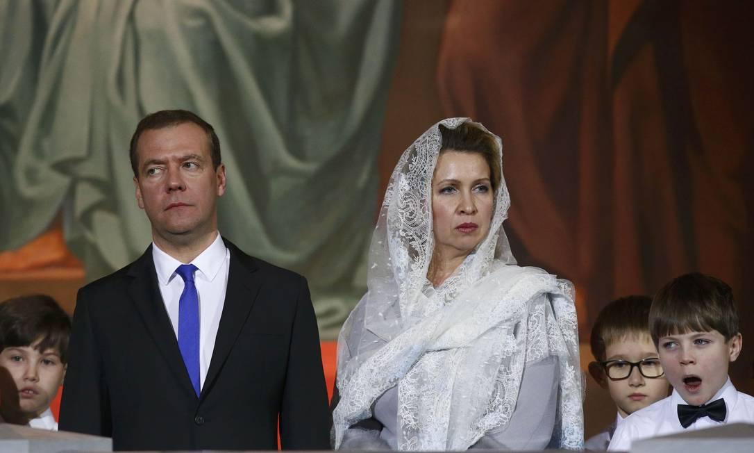 O primeiro-ministro russo, Dmitry Medvedev, participou com a esposa, Svetlana, de uma missa na Catedral de Moscou SERGEI KARPUKHIN / REUTERS