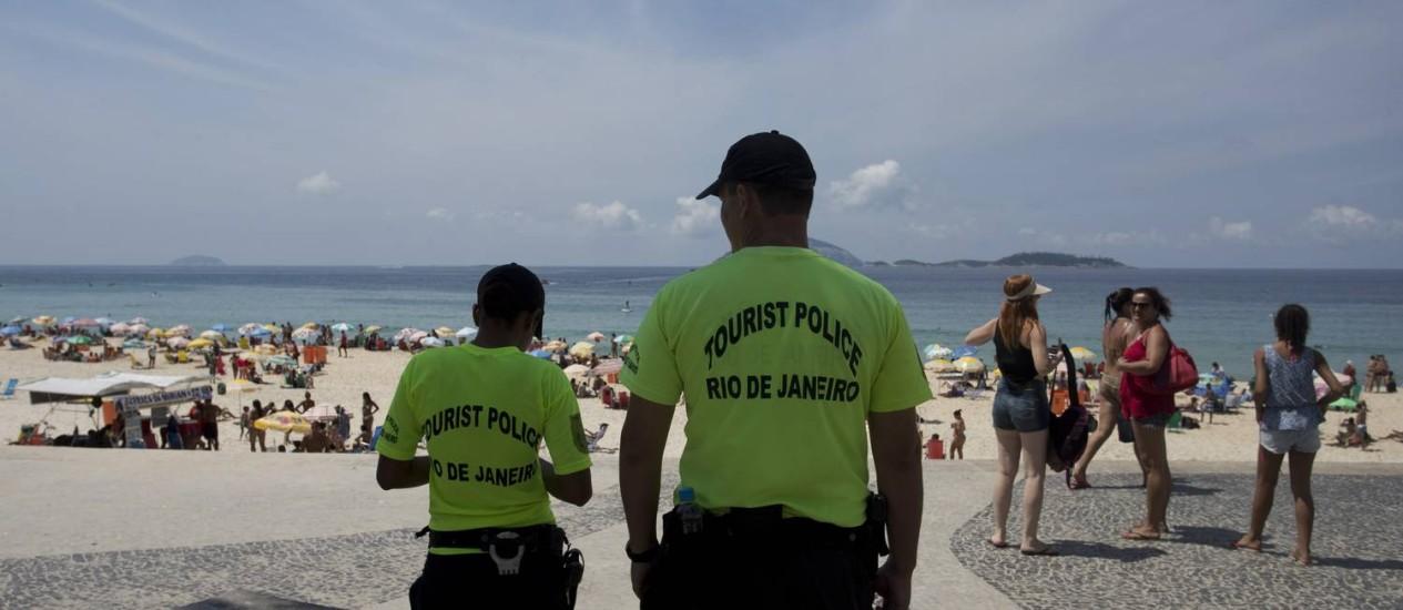 Policiais militares fazem segurança na orla Foto: Márcia Foletto