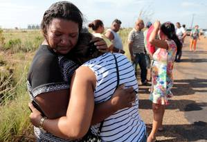 Familiares de prisioneiros aguardam informações sobre as vítimas em frente à Penitenciária Agrícola de Monte Cristo, em Roraima Foto: JPavani/Reuters/06-01-2016