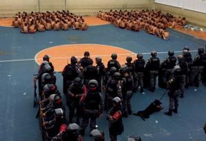 Revista no presidio de Puraquequara, em Manaus Foto: Polícia Militar do Amazonas/Divulgação
