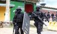Policiais durante revista no Complexo Penitenciário Anísio Jobim (Compaj), em Manaus