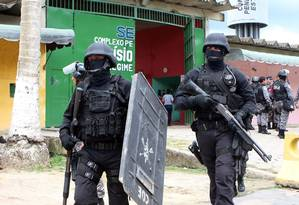 Policiais durante revista no Complexo Penitenciário Anísio Jobim (Compaj), em Manaus Foto: Parceiro / Sandro Pereira/Codigo19