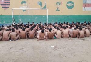 Presos passam por revista após rebelião em presídio de Manaus Foto: Divulgação