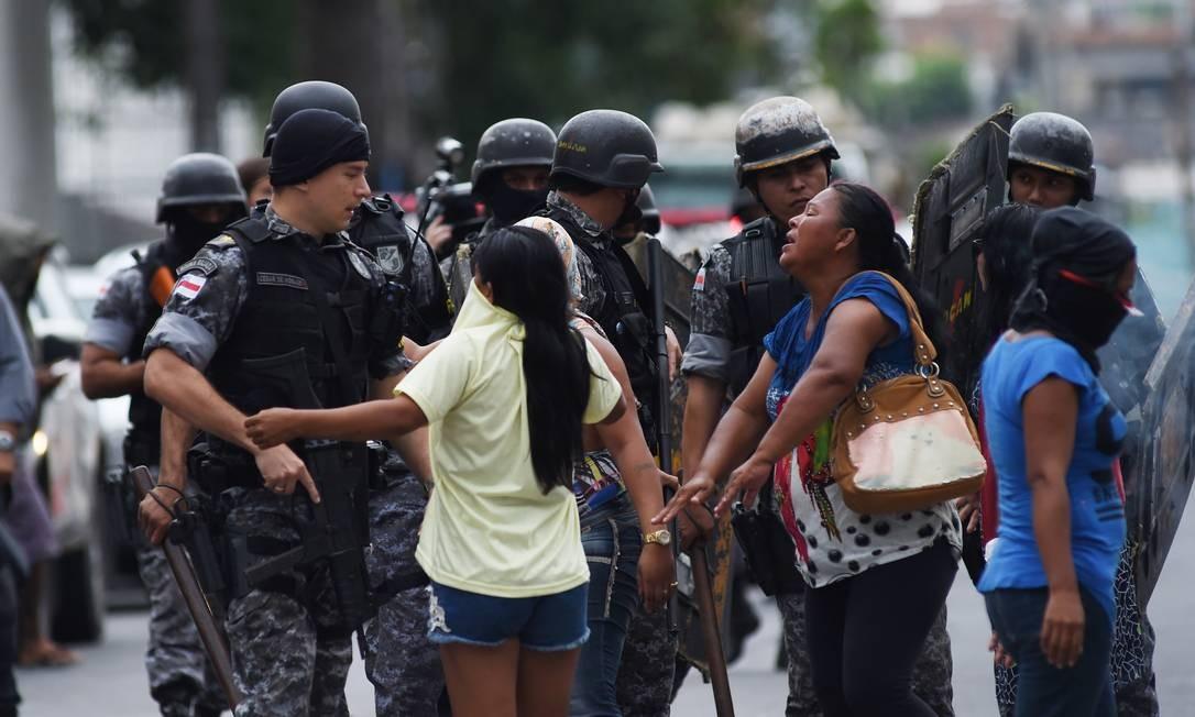 Parentes de presos se desesperam em frente ao presídio Raimundo Vidal Pessoa, em Manaus, após rebelião Foto: Chico Batata