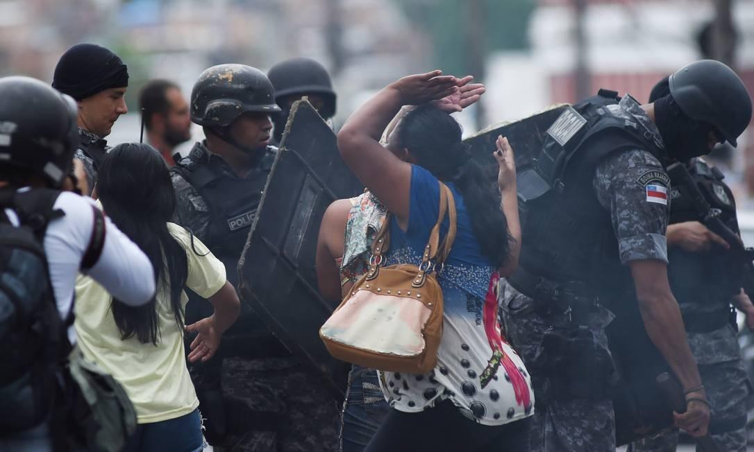 Tumulto envolvendo PMs e parentes de detentos do presídio Raimundo Vidal Pessoa, em Manaus. Famílias querem informações sobre presos mortos em motim Foto: Chico Batata