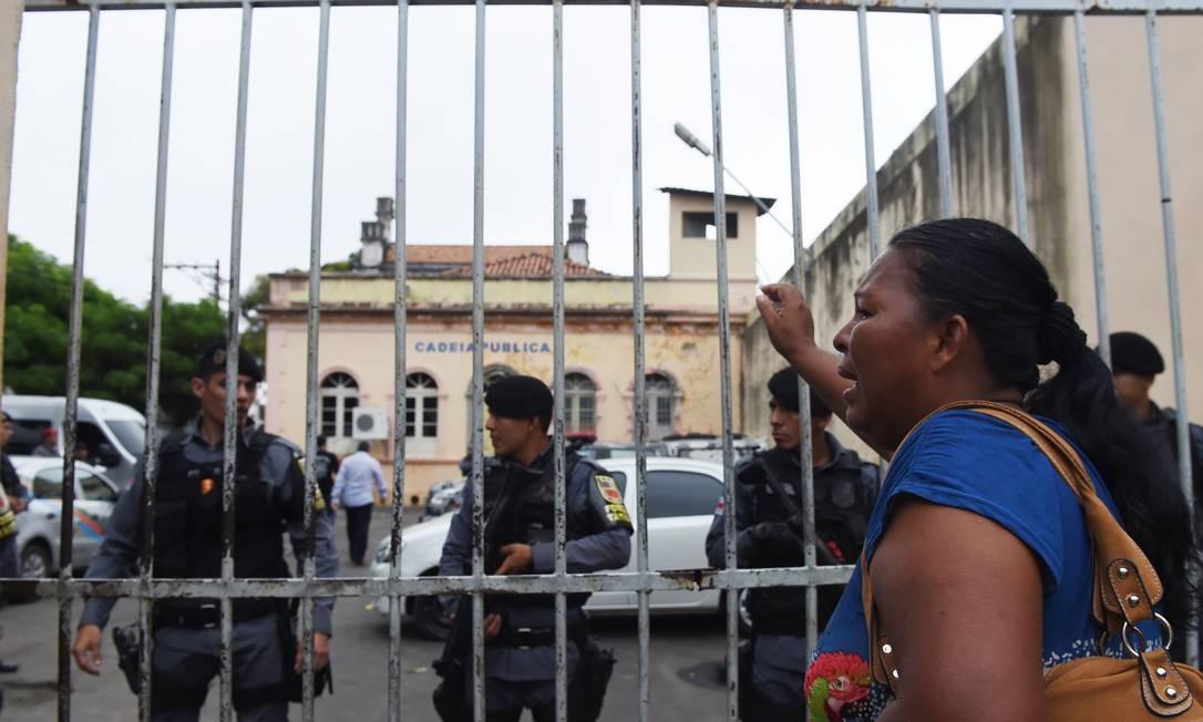 Mulher pede informações sobre mortos na rebeliação da madrugada deste domingo Foto: Chico Batata