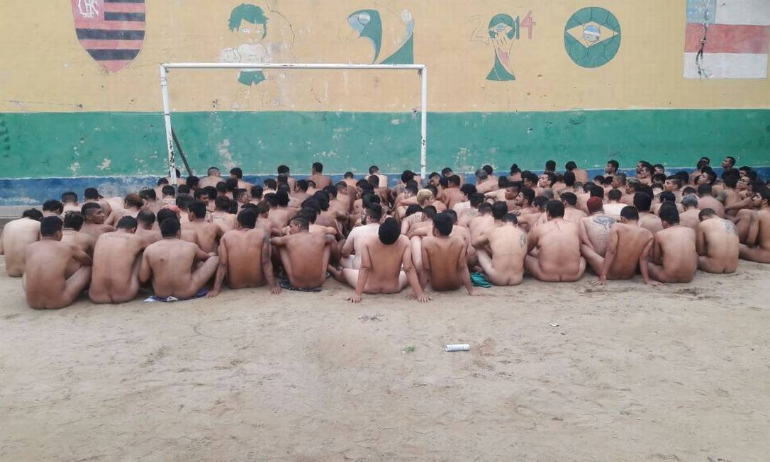 Nus, detentos passam por revista no pátio do presídio Raimundo Vidal Pessoa, após rebelião Foto: Divulgação