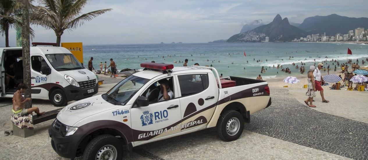 Policiamento na orla da Praia de Ipanema Foto: Hermes de Paula / Agência O Globo