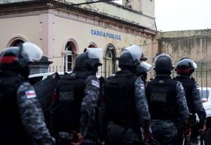 Policiais em frente à Cadeia Pública Raimundo Vidal Pessoa, em Manaus Foto: Chico Batata / Agência O Globo